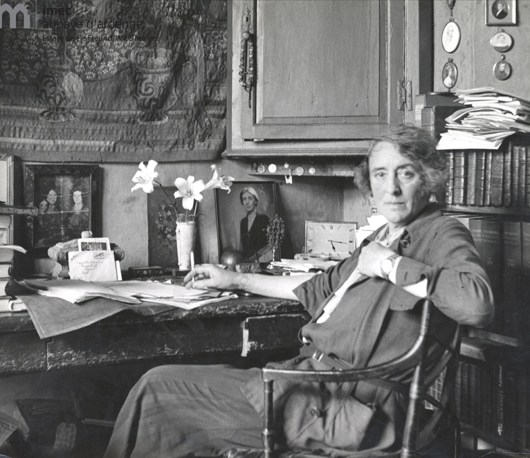 """Victoria [Vita] Sackville-West in the 30s - Dans son studio a Sissinghurst Castle au fond la photo de Virginia Woolf, sa grande amie"""